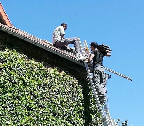 2 couvreurs sur un toit en rénovation