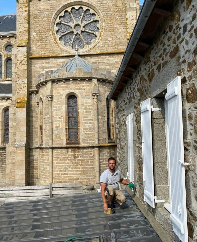 Artisan Zingueur - Jean Meinhard sur une toiture bac acier juste rénovée
